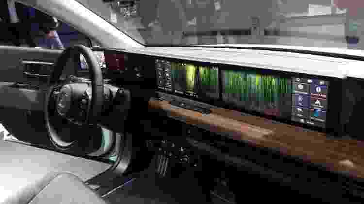 Interior ultratecnológico tem duas telas de 12,3 polegadas - Vitor Matsubara/UOL