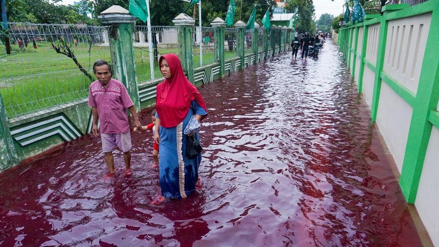 """Pekalongan, na Indonésia, tomada por enchente com o """"rio vermelho"""", após contato da água com fábrica de tingimento - Reprodução/New York Post"""