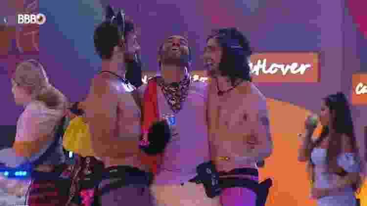 BBB 21: Gilberto brinca com Arthur e Fiuk durante festa - Reprodução/Globoplay - Reprodução/Globoplay