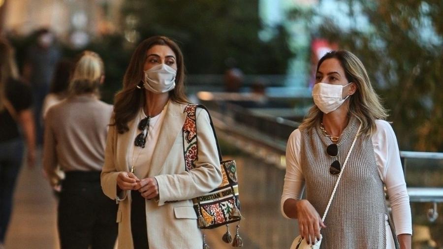 Juliana Paes vai a restaurante na Barra da Tijuca usando bolsa grifada de R$ 18 mil - EDDO/AgNews