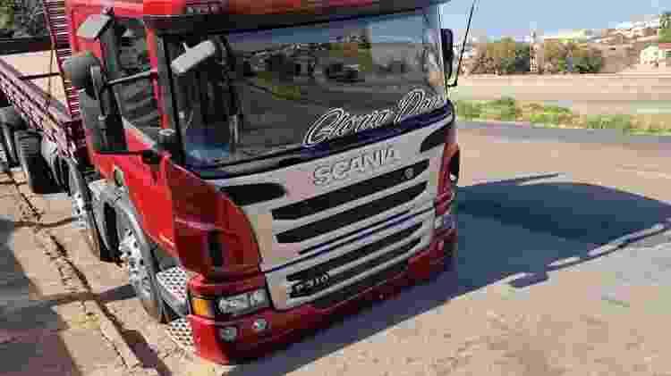 A dianteira do Scania P310 é completamente encostada no chão - Reprodução/Youtube - Reprodução/Youtube