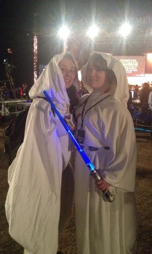 """10.jul.2015 - As amigas lizzie e Christina se vestem de Princesa Leia, de """"Star Wars"""", no concerto que emocionou os fãs da saga na Comic-Con 2015, em San Diego, nos Estados Unidos, nesta sexta-feira"""