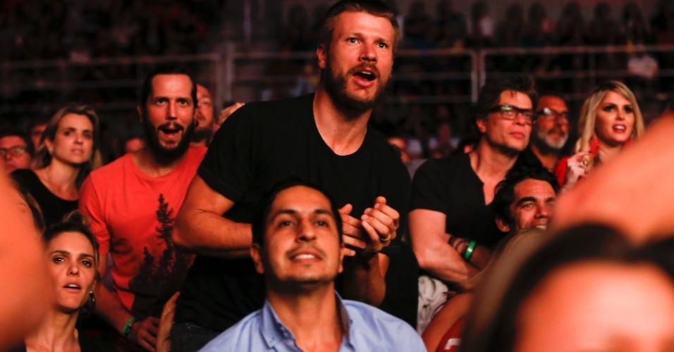 1.ago.2015 - Rodrigo Hilbert curte o UFC 190 realizado no Rio de Janeiro