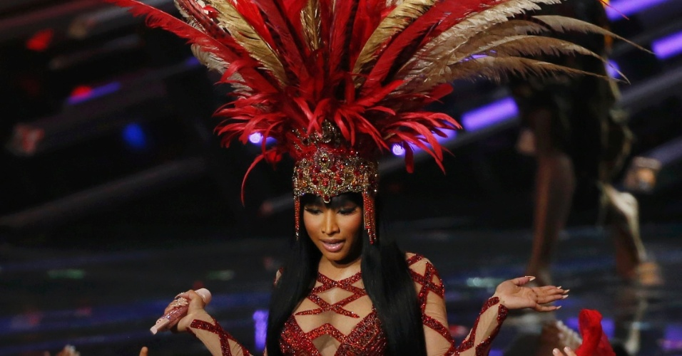 30.ago.2015 - A cantora Nicki Minaj abriu o VMA 2015 com um vestido vermelho e imensas plumas na cabeça