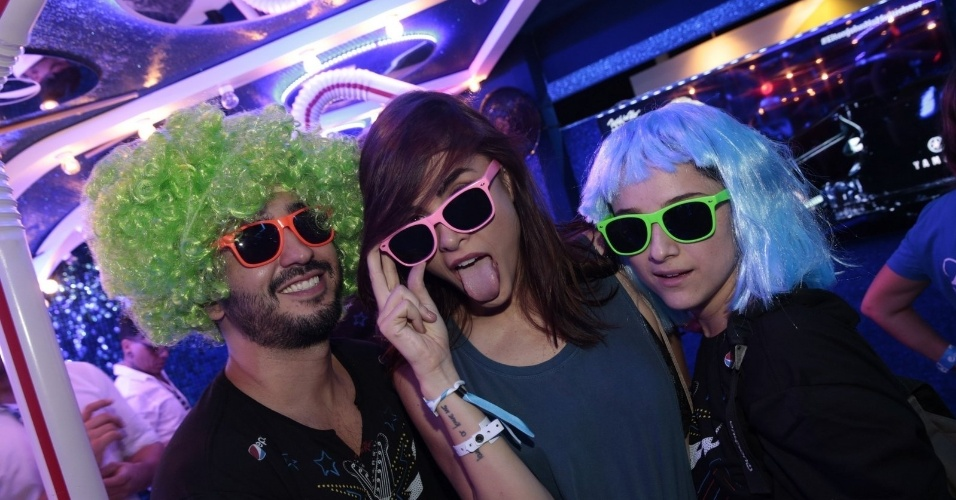20.set.2015 - Maria Casadevall e seus amigos fazem graça com perucas e óculos disponíveis no camarote