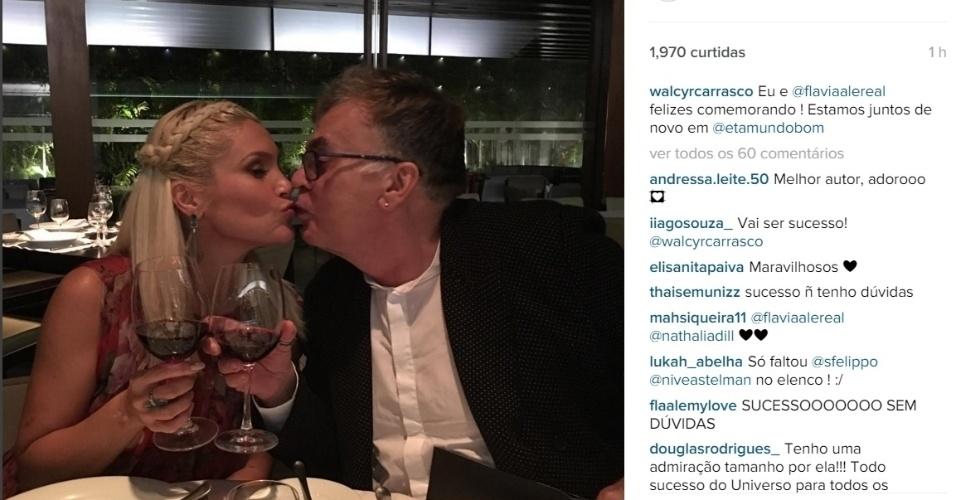 8.jan.2015 - Flávia Alessandra deu um selinho em Walcyr Carrasco na madrugada desta sexta-feira. A atriz e o autor jantaram juntos após a festa de lançamento da novela