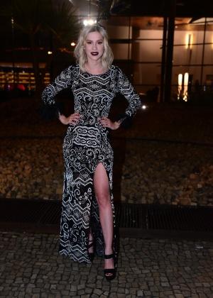 28.jan.2015 - Com vestido longo e fendas, Sophia Abrahão chega para o baile da Vogue no Hotel Unique em São Paulo
