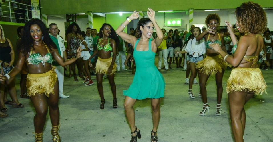 31.jan.2016 - Camila Camargo samba durante último ensaio na sede da Imperatriz Leopoldinense, no Rio de Janeiro