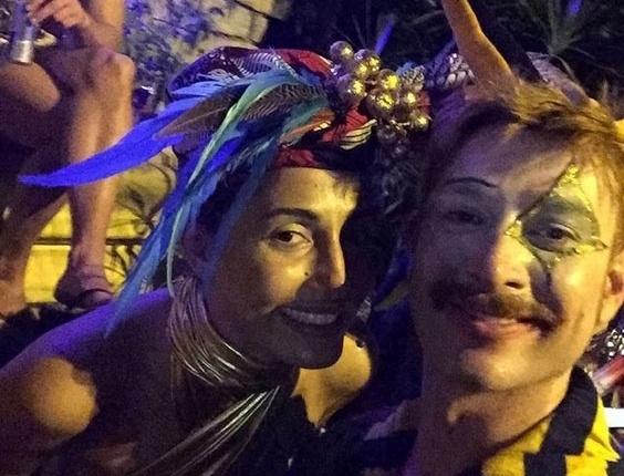 05.fev.2016 - A atriz Camila Pitanga vai com amigos ao Baile do Sarongue, festa tradicional do Carnaval carioca. O baile reúne famosos e anônimos, e o local é secreto até a última hora.