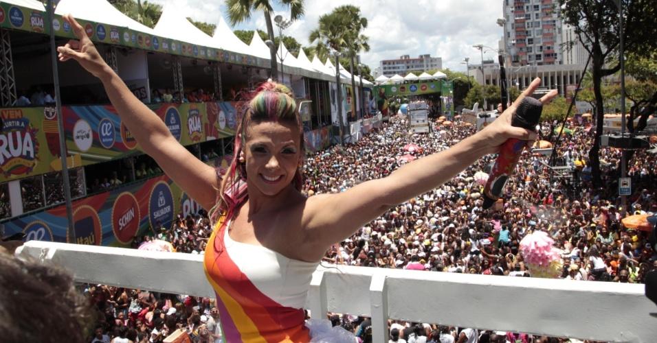 7.fev.2016 - Com o cabelo colorido, Carla Perez leva a criançada para o circuito Campo Grande pela segunda vez consecutiva no Carnaval de Salvador 2016