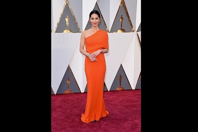 dcd1d4c17 28.fev.2016 - A atriz Olivia Munn escolheu um longo cor de laranja