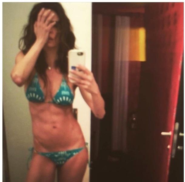 """21.jun.2016- Luciana Gimenez publica foto de biquíni e chama a atenção com corpo magérrimo: """"Bonita, mas está magra demais!"""", escreveu uma internauta"""