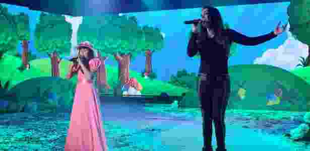 """27.jun.2016 - Simony canta """"É Tão Lindo"""" com sua filha, Pyetra, no """"Máquina da Fama"""" - Lourival Ribeiro/SBT"""