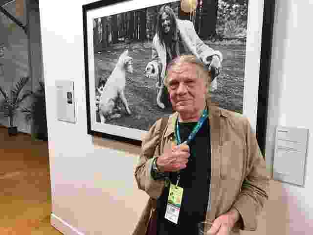 8.out.2016 - Cerca de 200 imagens de Henry Diltz (foto) e de outros 13 fotógrafos que abordam os anos áureos do rock e da contracultura americana estão em exposição no festival Desert Trip, na Califórnia - Felipe Branco Cruz/UOL