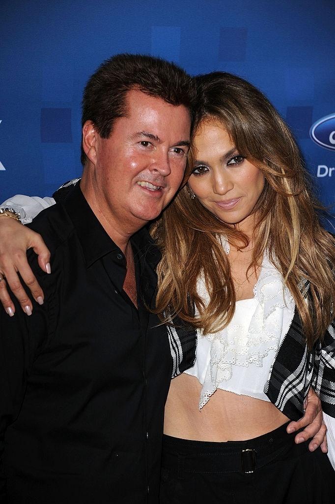 Simon Fuller com Jennifer Lopez em Los Angeles na época em que a cantora era jurada do