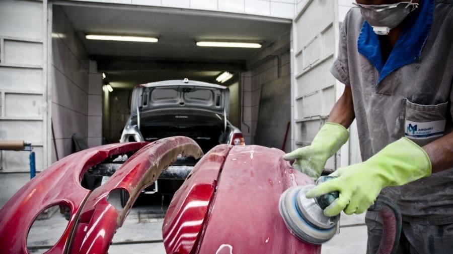 Técnico cuida da pintura com polimento e vitrificação: serviço é mais caro, mas deixa o carro como se fosse zero - Alessandro Shinoda/Folhapress
