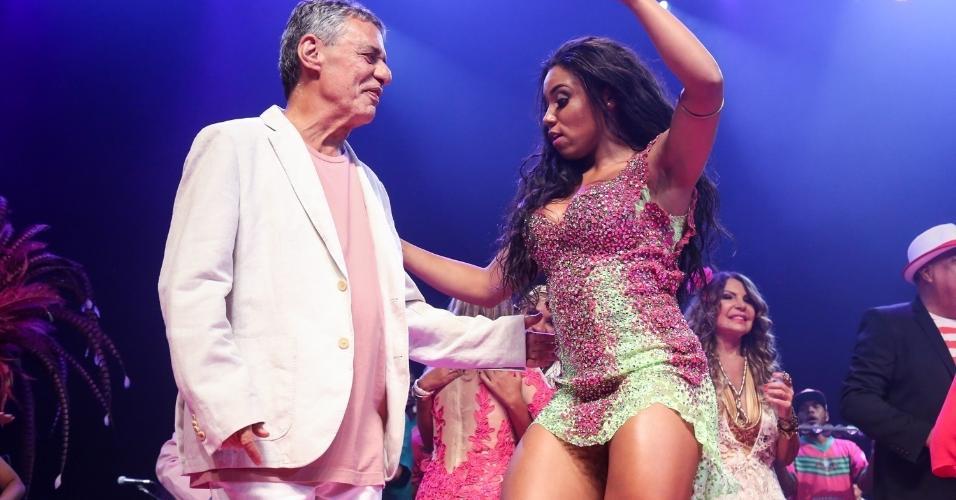 14.fev.2017 - Chico Buarque com a rainha da Mangueira, Evelyn Bastos, no Vivo Rio, no Rio de Janeiro