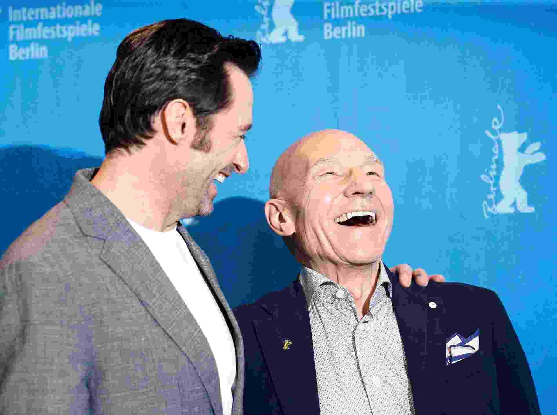 """Hugh Jackman e Patrick Stuart posam para fotos antes de conversar com a imprensa sobre """"Logan"""", no Festival de Berlim - Axel Schmidt/Reuters"""