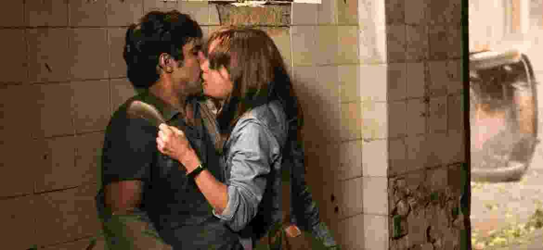 "Alice (Sophie Charlotte) e Renato (Renato Góes) se beijam em ""Os Dias Eram Assim"" - Sergio Zalis/TV Globo"