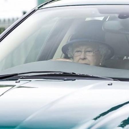 Aos 91 anos, rainha Elizabeth é fotografada dirigindo o próprio carro - Reprodução /Instagram @lynzeeloue