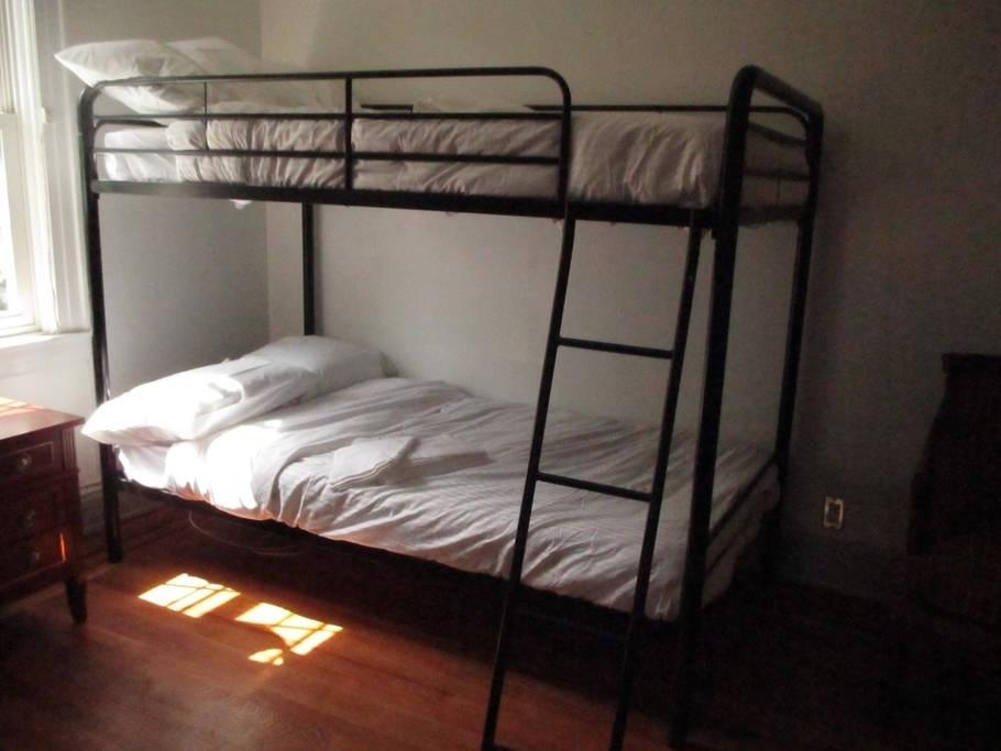 A residência tem cinco quartos com 15 camas, dois sofás-cama, uma cozinha completa, televisão por cabo e internet sem fio.