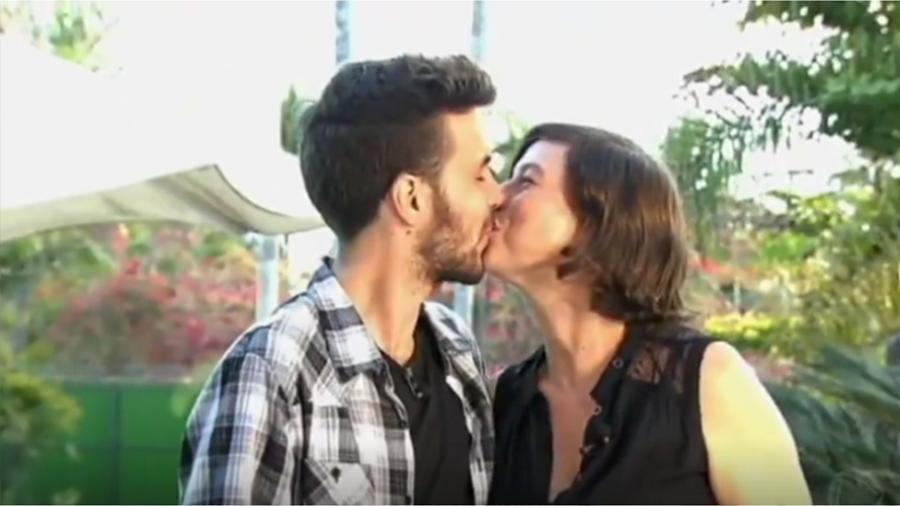 Maria Paula dá beijo no noivo após pedido de casamento no programa do Gugu  - Reprodução/Record