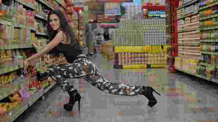 """Daniela Albuquerque encarna Anitta no supermercado no videoclipe de """"Paradinha"""" - Divulgação/RedeTV! - Divulgação/RedeTV!"""