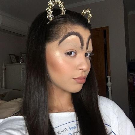 """Blogueira Elena faz sobrancelhas de McDonald""""s - Reprodução/Instagram"""