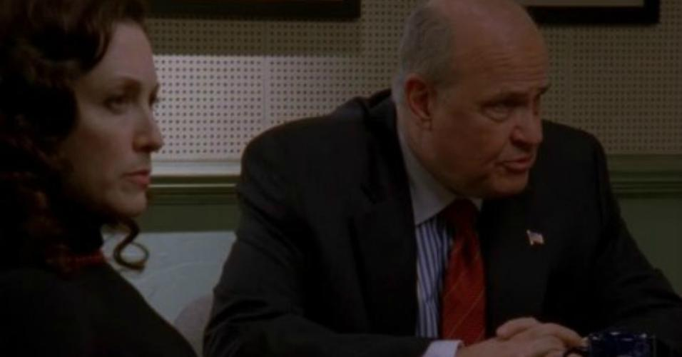 "Fred Dalton Thompson e Bebe Neuwirth na série ""Law & Order: Trial by Jury"" (2005)"