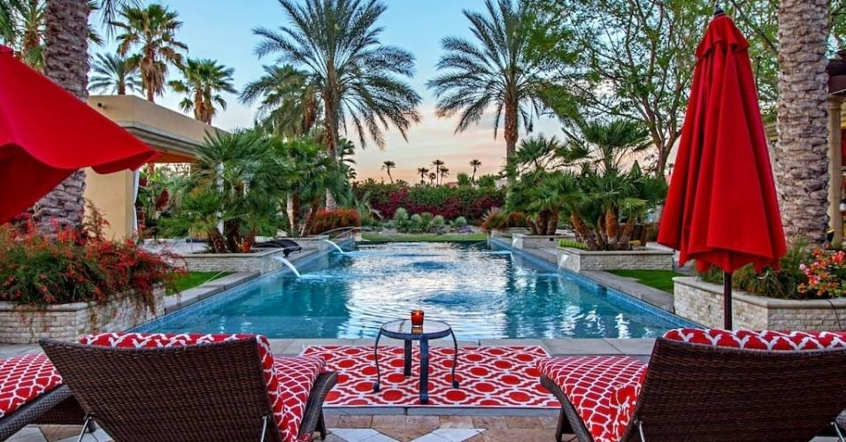 Quer ficar relaxando como Lady Gaga na California? A estrela escolheu um verdadeiro oásis no deserto, na cidade de Rancho Mirage. Essa casa tem seis quartos, piscina e cozinha gourmet. https://www.airbnb.com.br/rooms/3218927
