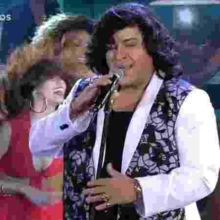 """Tiago Abravanel cantou """"Me Chama Que eu Vou"""", clássico de Sidney Magal que marcou a abertura da novela """"Rainha da Sucata"""" (1990) - Reprodução/TV Globo - Reprodução/TV Globo"""