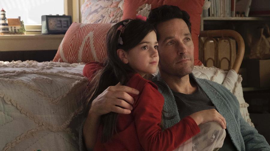 """Paul Rudd como Scott Lang ao lado da filha do personagem em cena de """"Homem-Formiga e a Vespa"""" - Marvel Studios"""