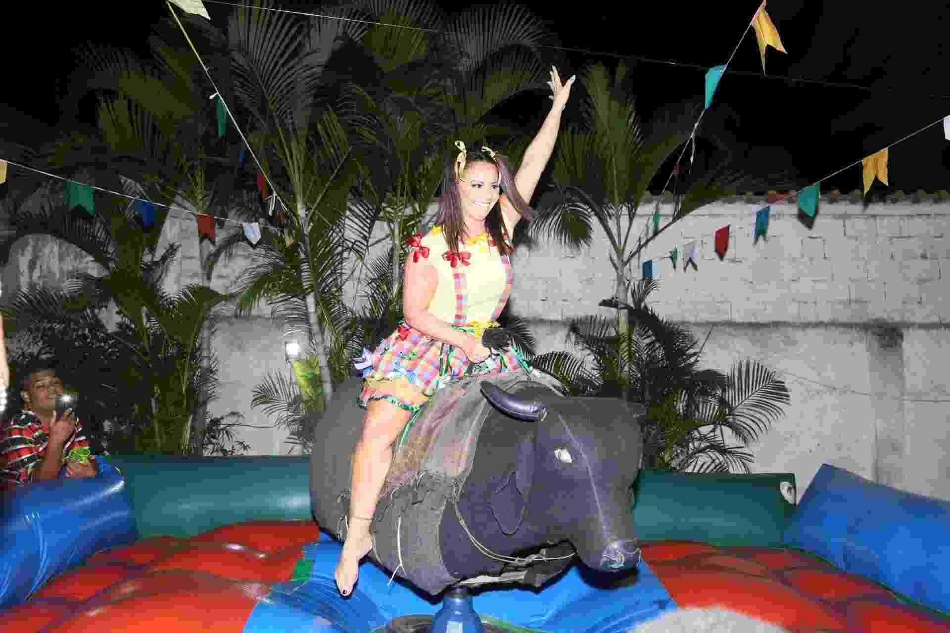 Viviane Araújo brinca em touro mecânico em arraiá organizado por seus fãs em Jacarepaguá, zona oeste do Rio, no domingo (29) - Anderson Borde/Ag.News