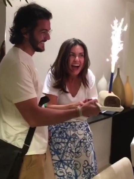 Túlio Gadelha veio de surpresa e trouxe um bolo para a namorada Fátima Bernardes - Reprodução/Instagram/@sweetfatu