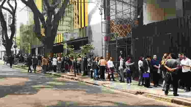 Fila de candidatos de forma em frente ao novo restaurante do chef Erick Jacquin - Divulgação