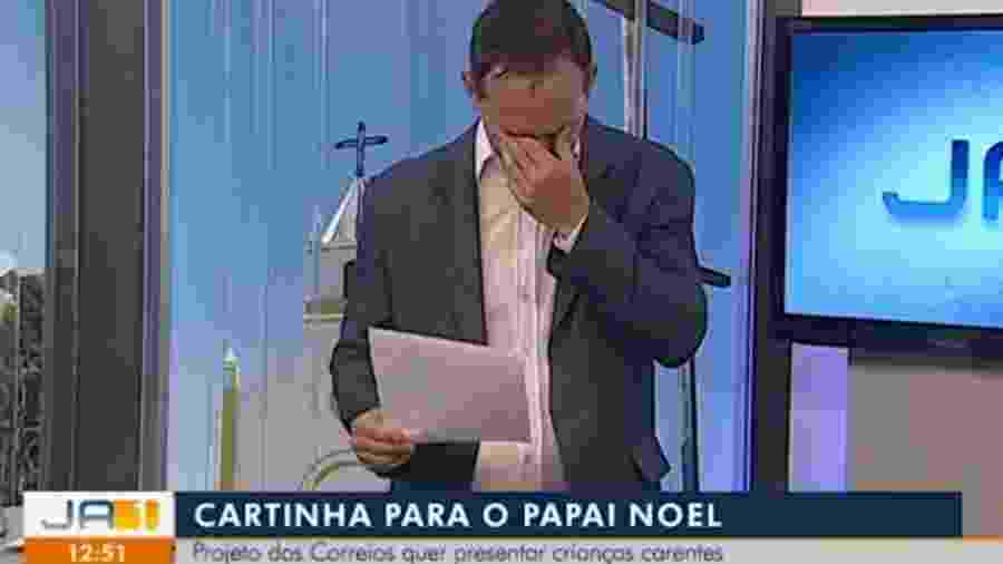 Apresentador se emociona ao vivo com carta de menino para Papai Noel - Reprodução/TV Anhanguera
