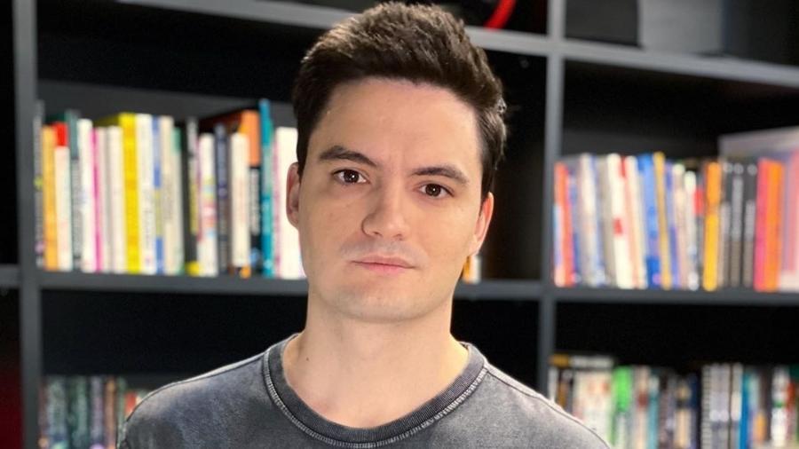 Felipe Neto posa diante de estante de livros - reprodução/Instagram