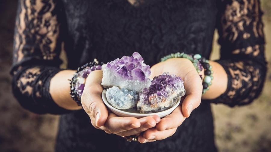 Cristais, ervas ou aromas podem fazer parte do seu trajeto na bruxaria - Helin Loik-Tomson/Getty Images/iStockphoto