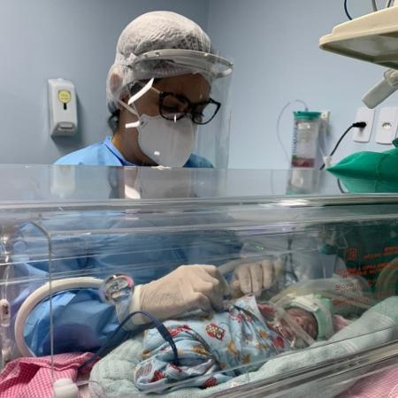 Karine Ferro trabalha na UTI neonatal da Maternidade Santa Mônica em Maceió - Divulgação
