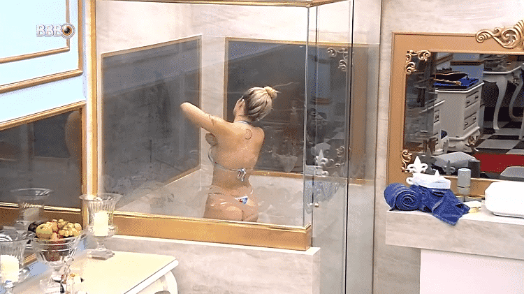 Viih Tube toma banho no quarto do líder do BBB 21 - Reprodução/Globoplay - Reprodução/Globoplay