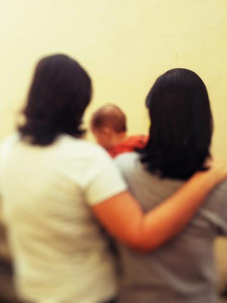 Rita* com a esposa e o filho, que aos seis meses ainda não tem certidão de nascimento - Arquivo pessoal