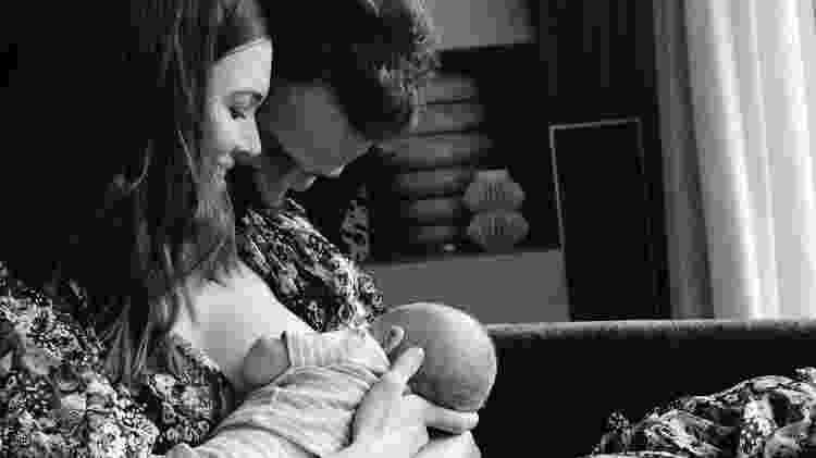 "Atriz Mandy Moore amamenta o filho August ?Gus"" Harrison ao lado do marido Taylor Goldsmith  - Reprodução Instagram - Reprodução Instagram"