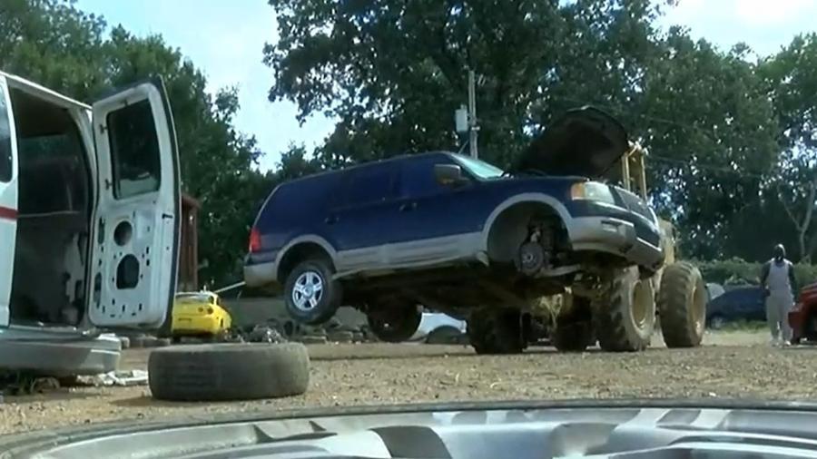 """Homem roda vários quilômetros após pegar carro largado na rua com cartaz dizendo """"grátis e depois acha cadáver no porta-malas - Reprodução"""