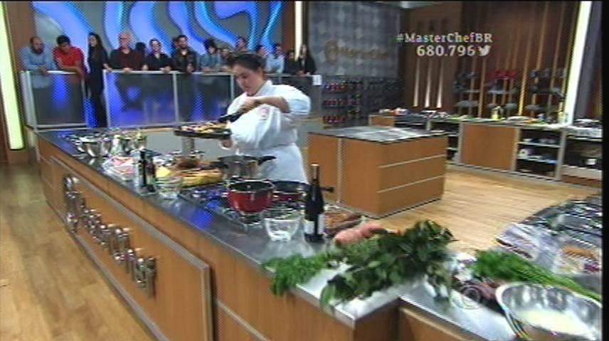 15.set.2015 - Izabel começa a cozinhar seu prato escolhido a base de porco
