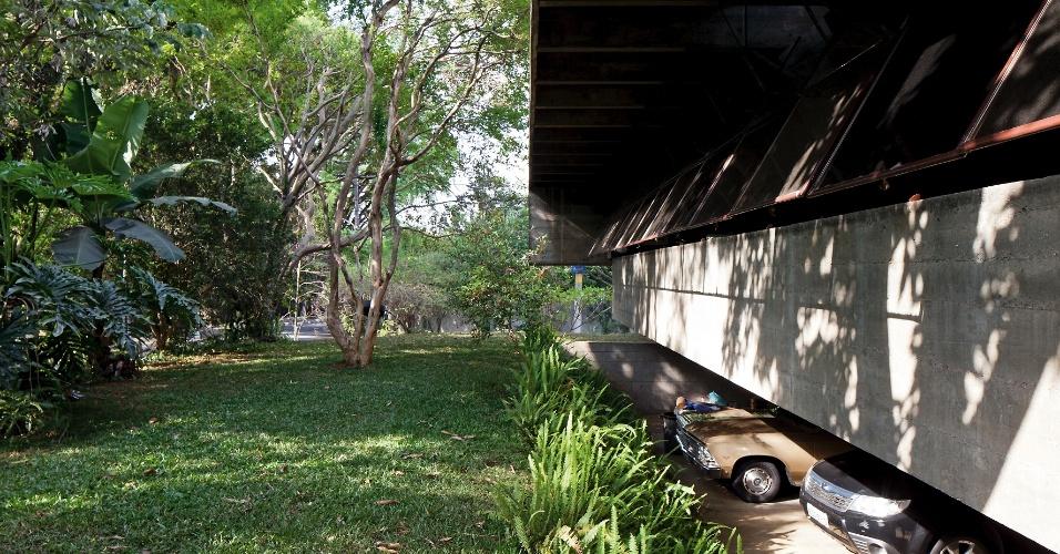 Totalmente aberta para a rua, a casa Butantã, projetada pelo arquiteto Paulo Mendes da Rocha, tem a altura do térreo dada pelos pilotis; parte desta área serve de abrigo para carros. A fachada é constituída por um beiral com dois metros, sustentado em balanço e com caixilharia contínua