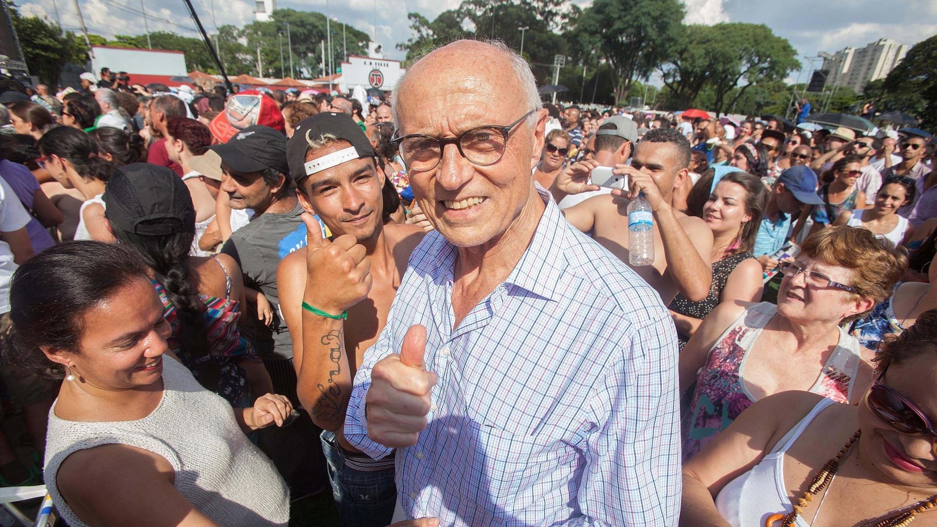 25.jan.2016 - Secretário municipal de Direitos Humanos e Cidadania, Eduardo Suplicy é abordado pelo público durante show em comemoração aos 462 anos de São Paulo