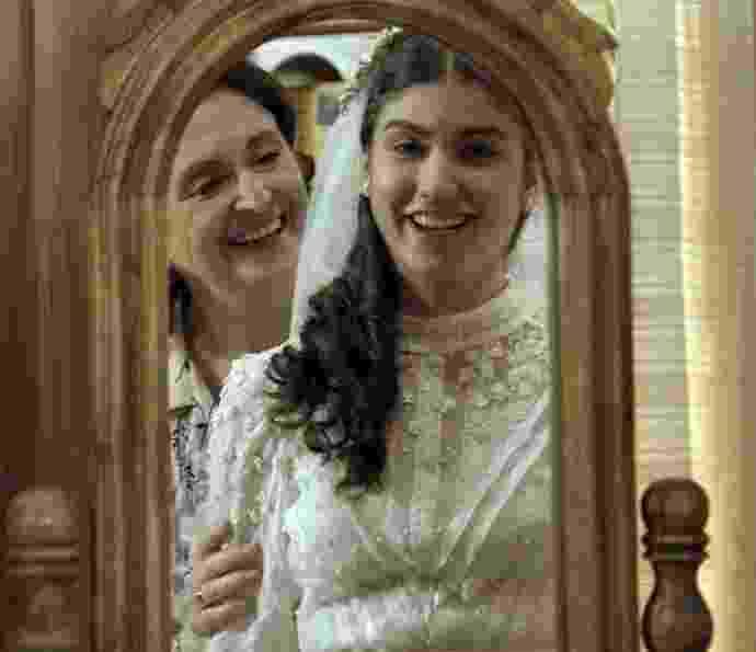 """Agosto.2016 - Gerusa (Giovanna Grigio) fica feliz ao provar seu vestido de noiva em """"Êta Mundo Bom!"""" - Reprodução/GShow"""