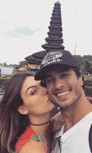 23.ago.2016 - Isis Valverde está aproveitando as férias na Indonésia com o namorado, André Resende. A atriz publicou em seu perfil no Instagram uma foto beijando o rosto do modelo, com quem está junto há cinco meses