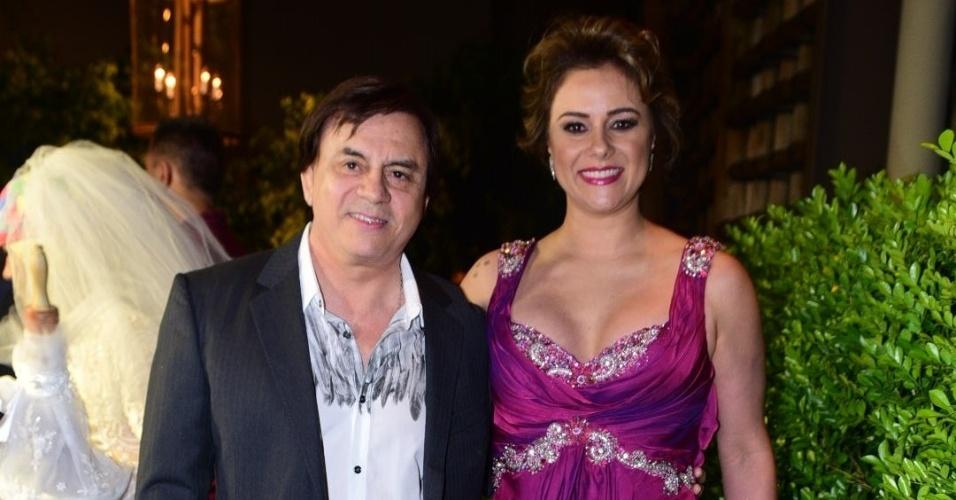 21.nov.2016 - O cantor sertanejo Chitãozinho chega acompanhado da mulher, Márcia Alves, à cerimônia do sétimo casamento de Fábio Jr. em São Paulo