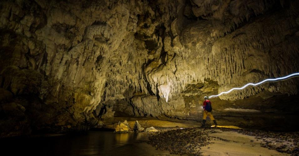 Iporanga (SP): A agência Pisa Trekking (www.pisa.tur.br) tem pacote de quatro noites para visitar as cavernas e cachoeiras do parque Petar a partir de R$1.750 por pessoa em apartamento triplo. Inclui transporte rodoviário a partir de São Paulo, hospedagem com pensão completa, trilhas pela Mata Atlântica nativa e visita às principais cavernas e cachoeiras do parque, com guia especializado. Reservas: (11) 5052-4085. (Preços e condições consultados em janeiro de 2017 e sujeitos a alterações.